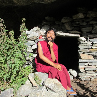 mingyur-rinpoche-outside-cave